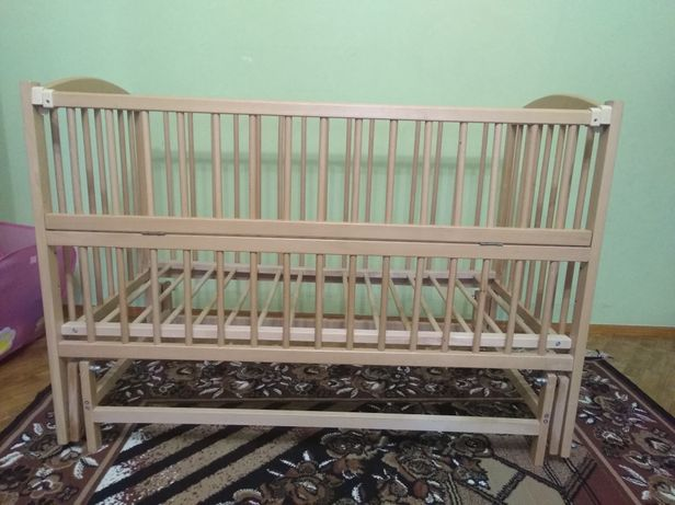 Продам дитяче  дерев'яне ліжечко в дуже гарному стані