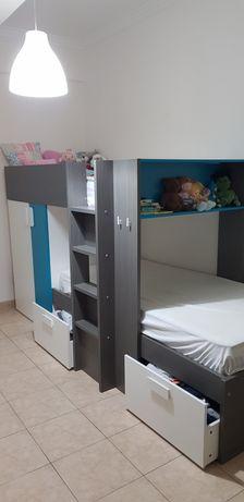 Cama beliche + colchões + guarda roupa