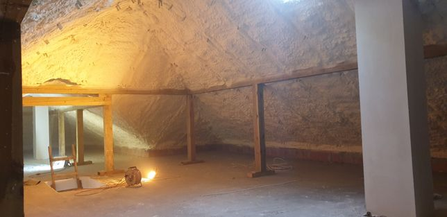 Ocieplanie pianką Izolacje poddasza dachów pianką poliuretanową