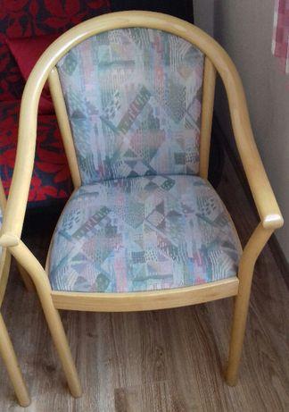 Krzesła drewniane, tapicerowane z oparciami