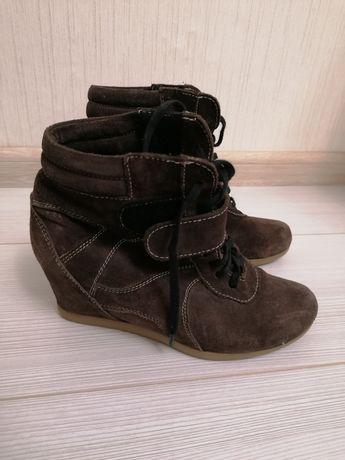 Замшеві ботинки.