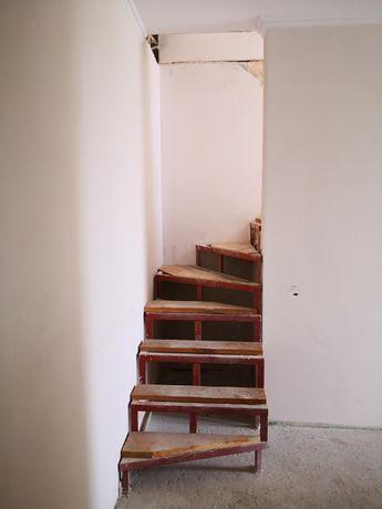 Срочно! Своя двухуровневая квартира с частичным ремонтом.