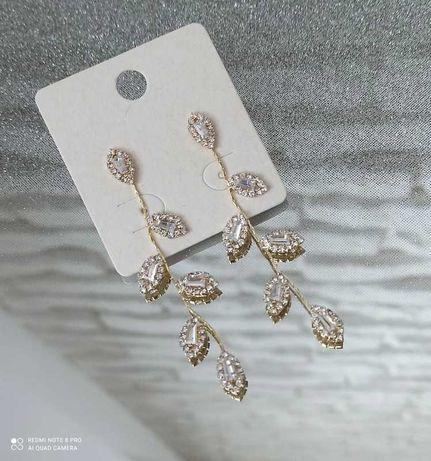 Długie lekkie wiszące kolczyki listki z cyrkoniami kolor złoty