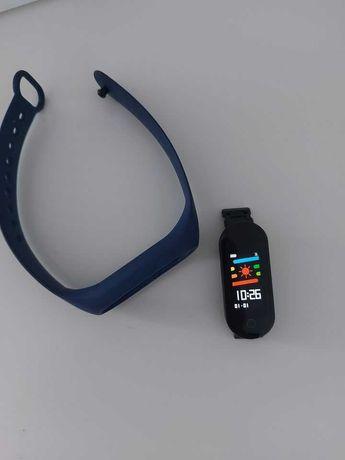 Smartband Fit 7 Plus na sportowej opasce