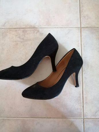 Sapato preto de pele de pêssego
