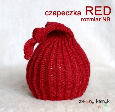 Czerwona czapeczka z supełkiem do sesji newborn