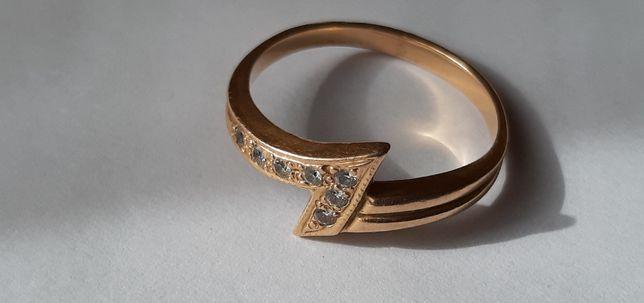 Złoty pierścionek- rozm.17, pr. 585, waga 3,10 gr.