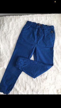 Niebieskie spodnie ze ściągaczami