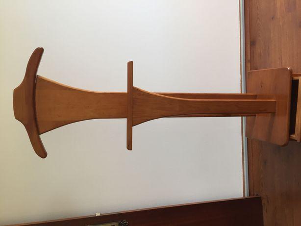 Cabide de pé em madeira