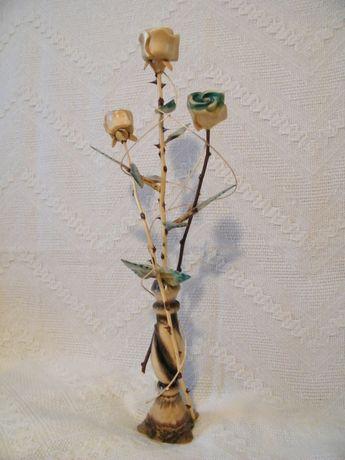 Дерев'яна ваза з трояндами