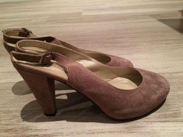 Sapatos em pele cor bege. estão Novos.