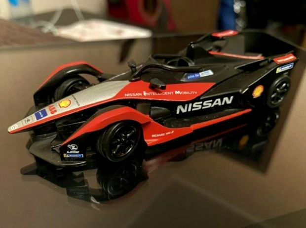 Машинка на Bluetooth управлении Shell Nissan