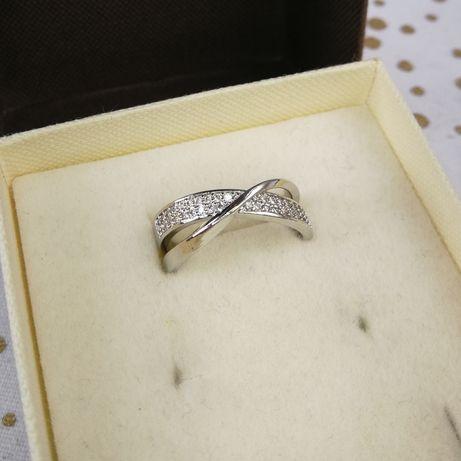 Nowy pierścionek w pudełeczku