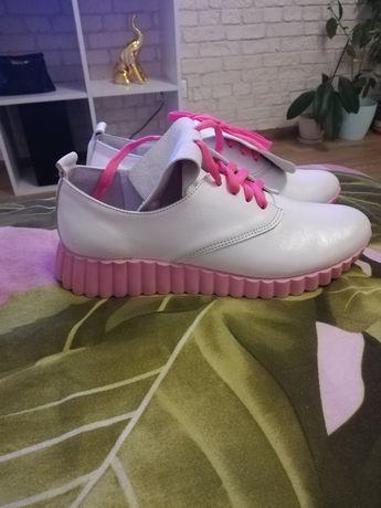 Жіноче шкіряне взуття