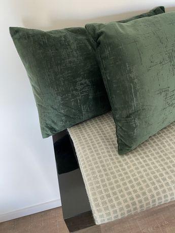 Almofadas e manta verde