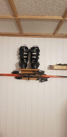Wieszak do nart z półką na buty