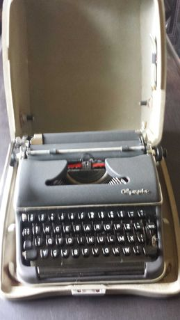Material de escritorio- Maquina de escrever OLYMPIA classica com mala