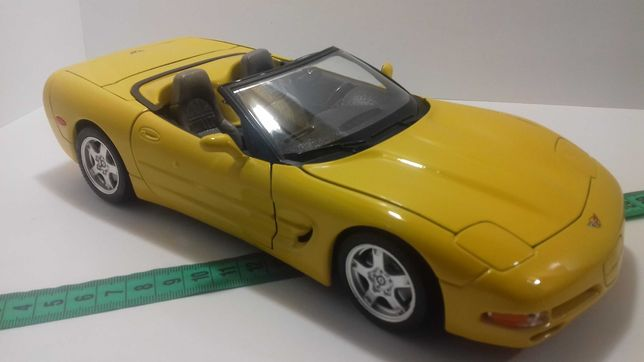 Модель машины Chevrolet Corvette 1:18 Burago Made in Italy Шевролет