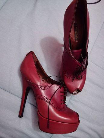 Sapatos castanhos usados uma vez da Louis Vuitton