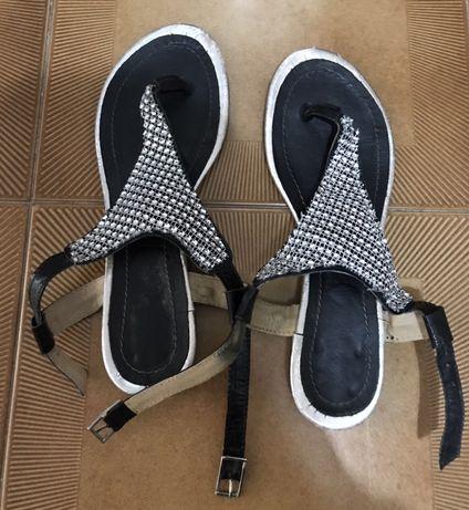 Sandálias pretas com aplicações brilhantes