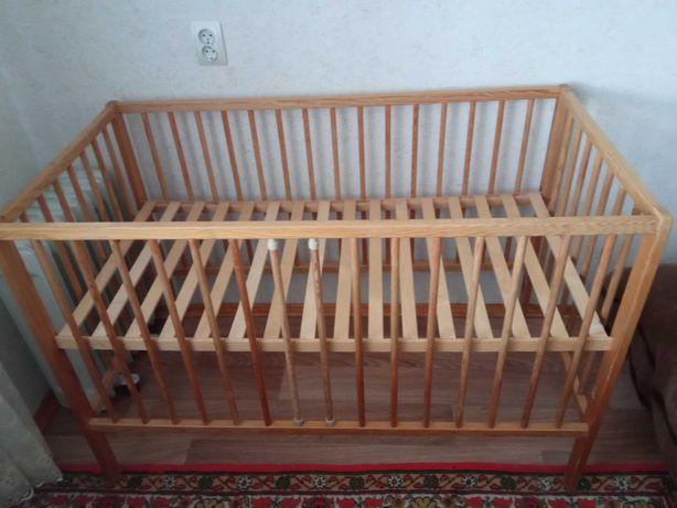 Детская кроватка деревянная.
