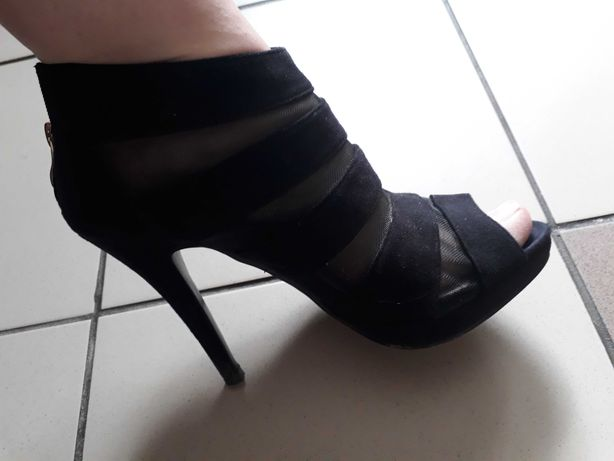 Czarne buty na szpilce