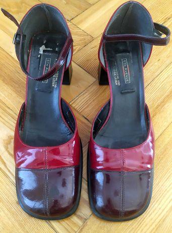 Pantofle z lakierowanej skóry