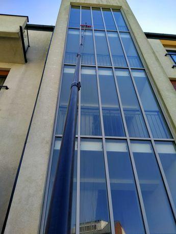 Wysokościowe mycie okien, witryn, paneli słonecznych, elewacji szklan.