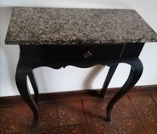 Mesa decorativa com tampo em pedra