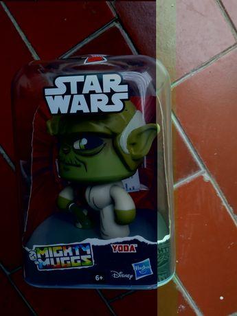 Boneco Yoda interactivo