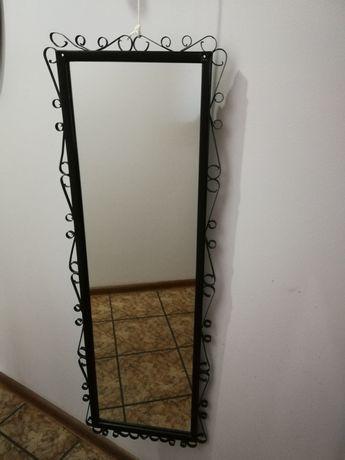 Stylowe lustro w czarnej ramie