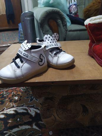 Продам демисезонные ботинки для девочки Микки