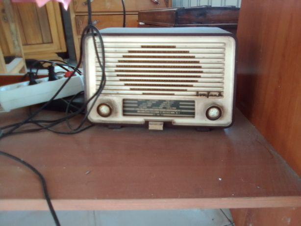 rádio antigo a trabalhar