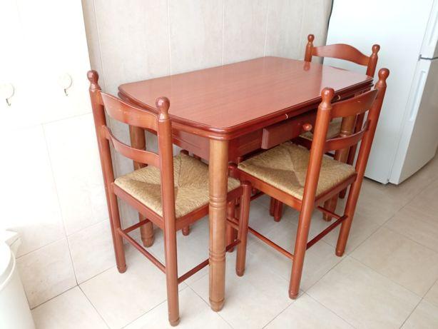 Mesa de cozinha com cadeiras