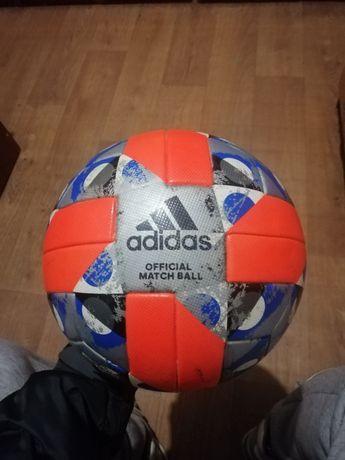 Футбольний м'яч Адидас