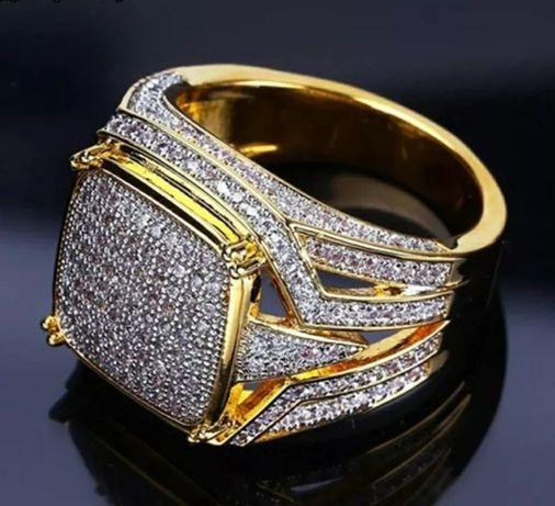 Złoty (14k) sygnet z lśniącymi diamentami;