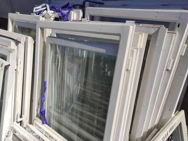 Okna jednoszybowe w białej drewnianej ramie, używane