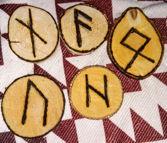 Plastry drewna z wypalonymi symbolami