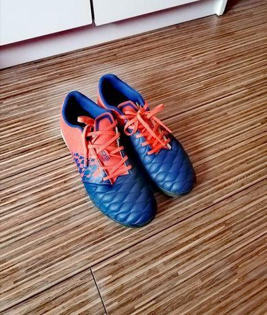 Buty piłkarskie KIPSTA turfy korki halowe - jak nowe!