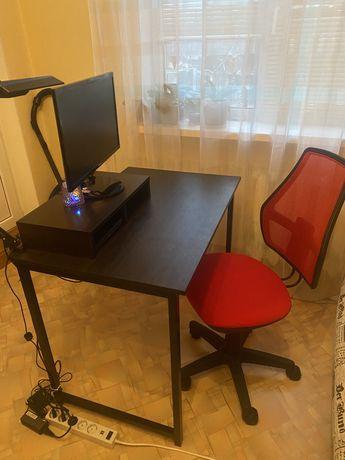 Стіл і крісло