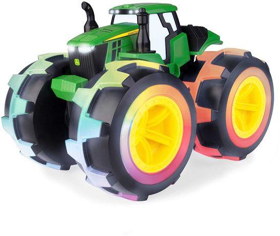 Игрушка John Deere трактор Monster Treads со светящимися колесами Tomy