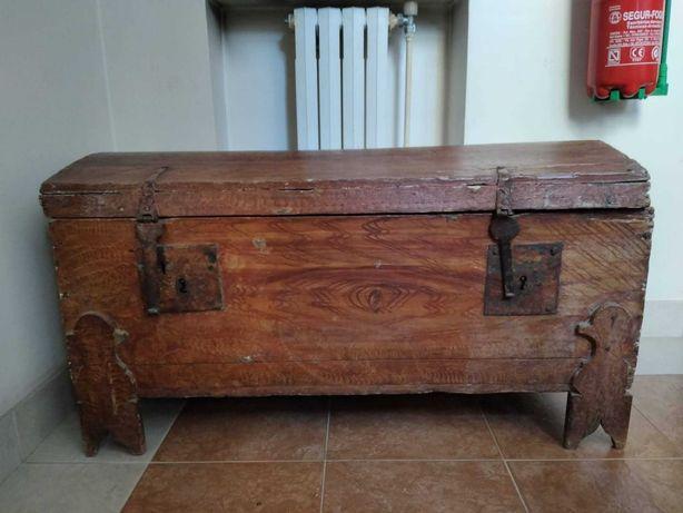 Arca rústica de madeira