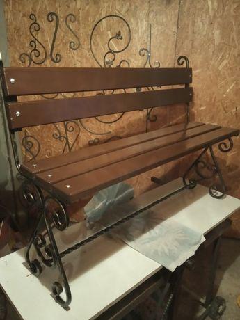 Кована лавочка скамейка.