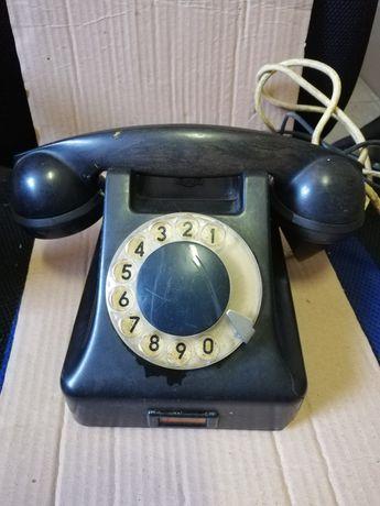 PRL. Stary, zabytkowy telefon analogowy.