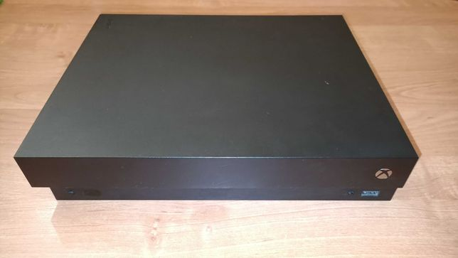 SPRZEDAM Xbox one x + pad + 5 gier (dobry stan)