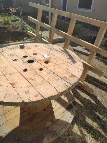 Estrutura de madeira e mesa de madeira rústica
