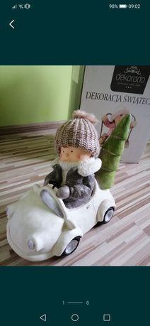 Figurka bożonarodzeniowa chłopiec w autku