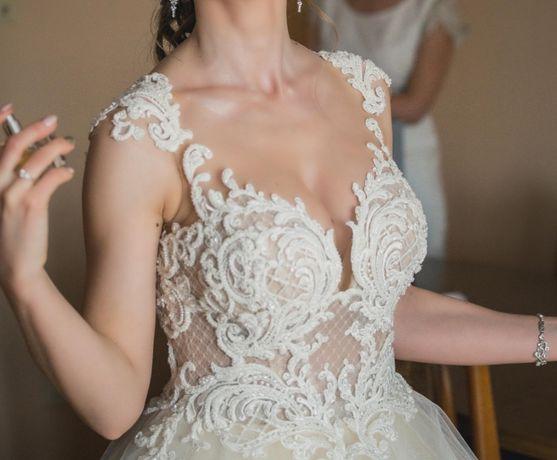 Suknia ślubna o kobiecym i efektownym kroju.