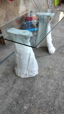 Mesa com tampo em vidro e pés em pedra