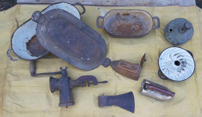 Zestaw wiekowych przedmiotów brytfanny, maszynka do mięsa i inne